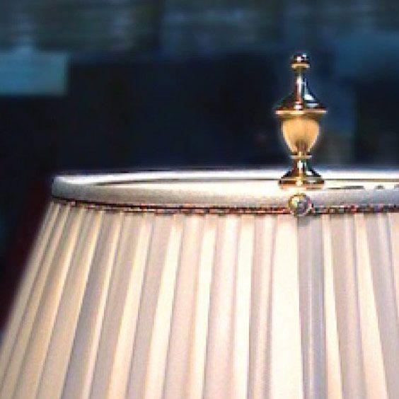 Haut d'un abat-jour blanc et son fleuron | Lampe | Abat-jour Illimités | Montréal